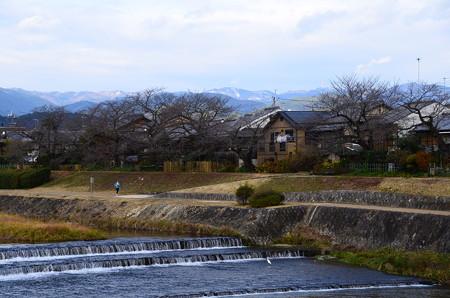 賀茂川と雪の残る北山