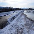 写真: 雪の賀茂川と大文字