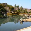 写真: 早春の曹源池