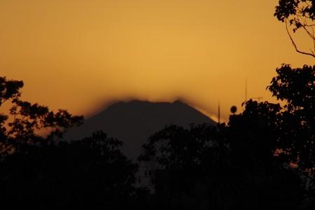 富士山の後ろに沈む