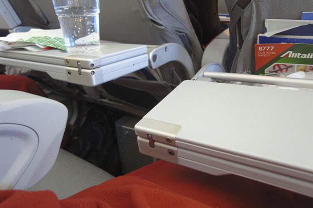 壊れたテーブル(アリタリア航空)