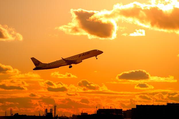 夕焼けとエンブラエル機