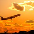 写真: 夕焼けとエンブラエル機