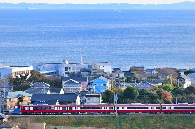 浦賀水道を望む単線を行く2100型 YRP野比~京急長沢
