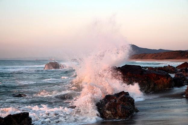 荒々しい波が砕け散る