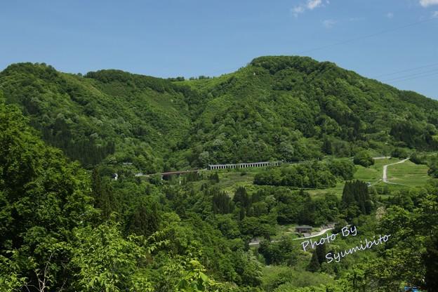 国道112号線 (田麦俣 七つ滝から望む)