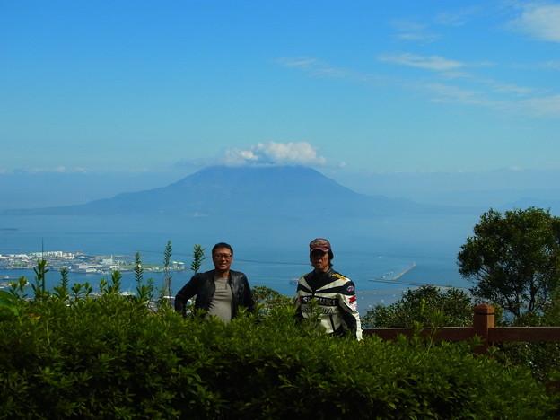 写真: 指宿スカイラインにて 後ろは桜島