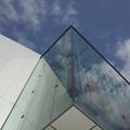 写真: ガラスと空と現実と