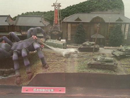 20140830 11.33 昭和ミニチュア情景展 - 巨大くもの襲来 (1)