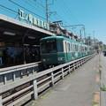 写真: 江ノ電鎌倉高校前 江ノ電入線と自転車のマッチング