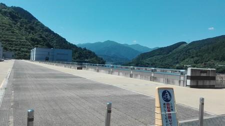 宮ケ瀬ダムの上。だれもいない。