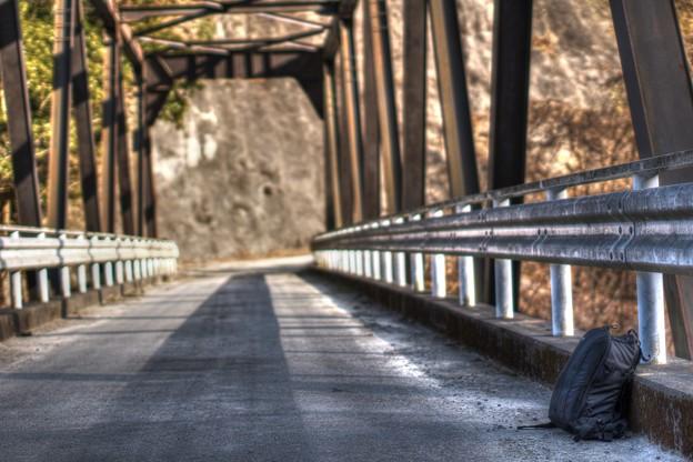 凍てつく橋上の颪