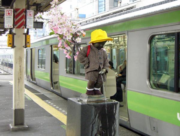 写真: 浜松町駅小便小僧