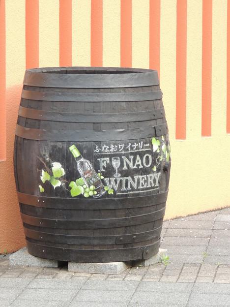 ふなおワイナリーの入口の樽のぶどう