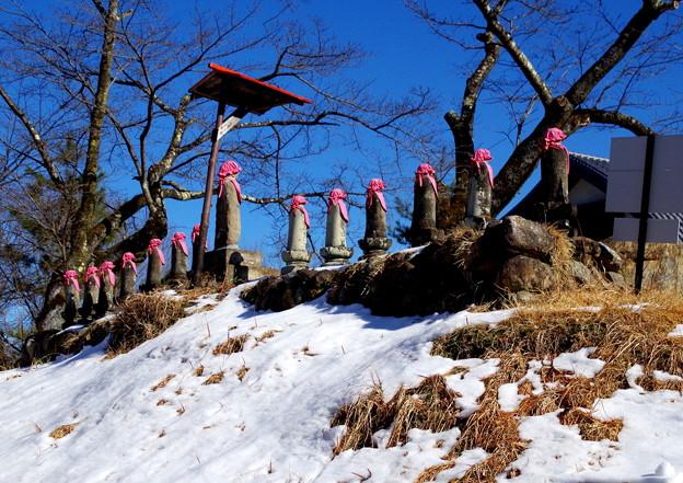 写真: 13権者の石像