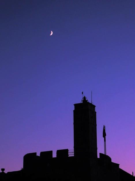 写真: 日暮れ前の月