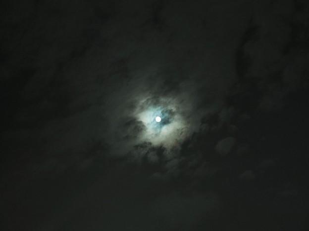 雲の合間から見える中秋の名月