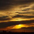 朝日と波打つ雲