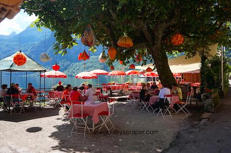 湖畔のレストラン