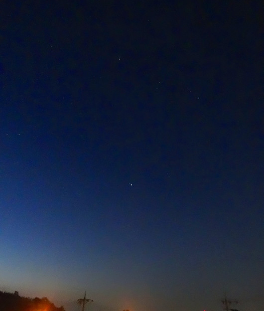 早朝、夜空に輝く「オリオン座」とシリウス、プロキオン