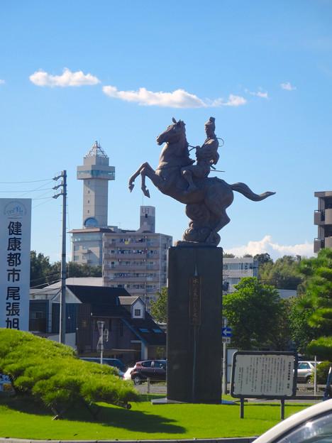 写真: 尾張旭駅前にある水野良春像 - 02