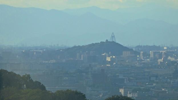 写真: スカイワードあさひ No - 030:展望室からの眺め(小牧山とツインアーチ138)