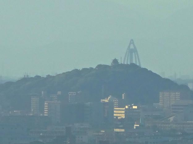 写真: スカイワードあさひ No - 031:展望室からの眺め(小牧山とツインアーチ138)