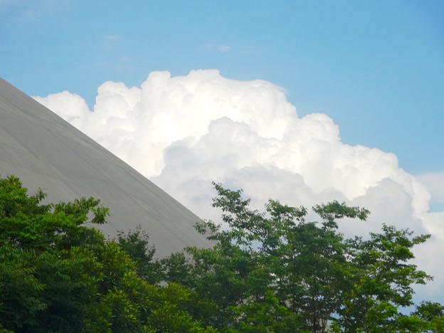 ポートメッセなごやの建物越しに見えた、夏らしい雲