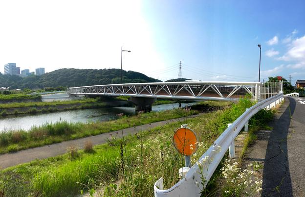 銀色に輝く、内津川に架かる上水道橋 - 2(パノラマ)