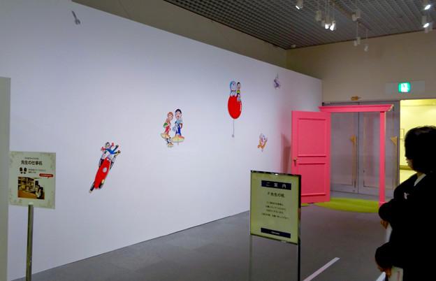 松坂屋美術館『藤子・F・不二雄展』 - 15:展示の最後に記念写真撮影コーナー(白い壁の色んなキャラと、どこでもドア)