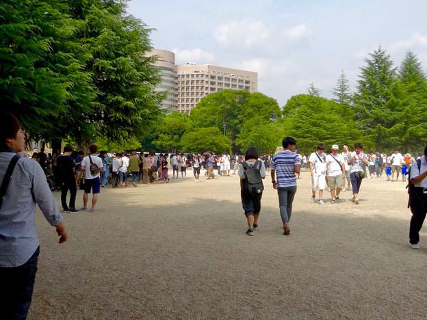 「ポケモンGo」をやりに来た人たちでごった返す鶴舞公園 - 6