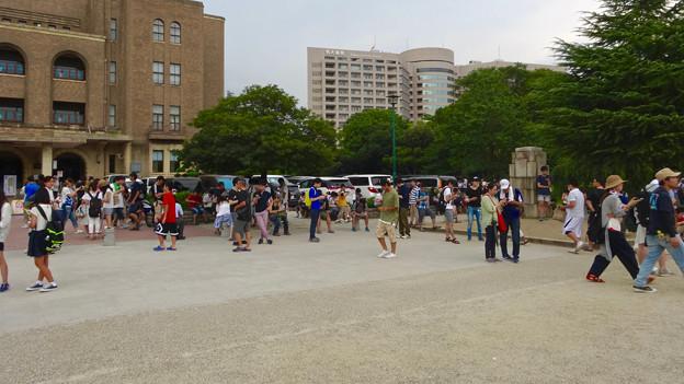 ポケモンGoをする人でごった返す鶴舞公園(2016年7月31日) - 7:名古屋市公会堂前