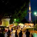 写真: 夜の屋台とそれを見下ろすように聳え立つ、名古屋テレビ塔 - 3