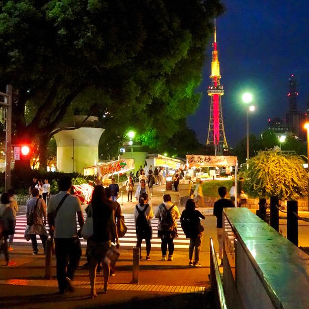 写真: 夜の屋台とそれを見下ろすように聳え立つ、名古屋テレビ塔 - 5
