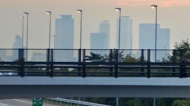中央道上に架かる陸橋越しに見えた、名駅ビル群 - 4