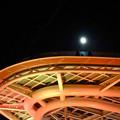 紅葉色に染まったオアシス21のイルミネーションと満月 - 2
