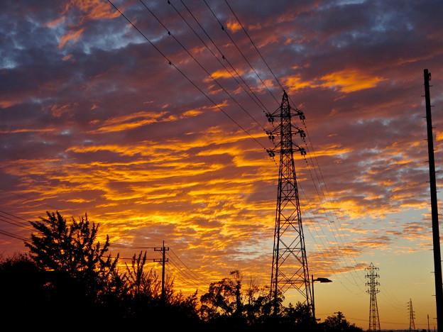 夕焼けを浴びた鱗(うろこ)雲と鉄塔 - 3