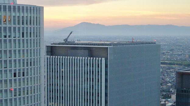 ミッドランドスクエア「スカイプロムナード」から見た景色(夕方) - 63:ゲートタワー屋上のクレーン