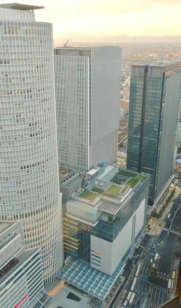 写真: 一部開業間近の「JRゲートタワー」 - 2