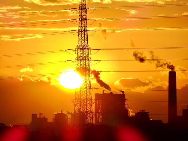 送電線の横に沈む夕日 - 1