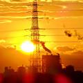 写真: 送電線の横に沈む夕日 - 1