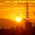 写真: 送電線の横に沈む夕日 - 3
