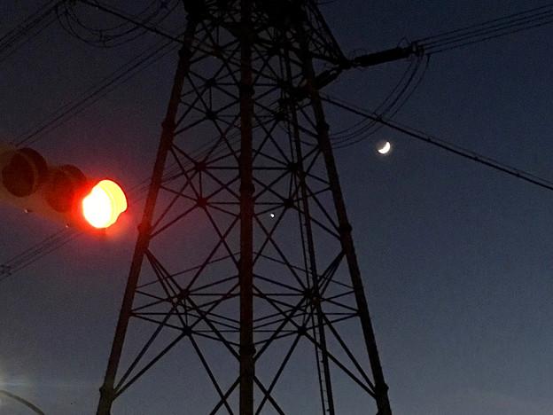 iPhoneで撮影した、三日月と並んで輝く「宵の明星」(金星) - 6