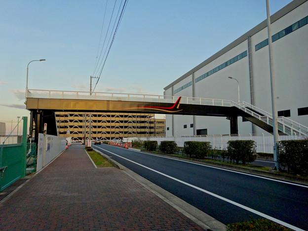 県営名古屋空港近くに、MRJをイメージしたデザインが施された歩道橋 - 1