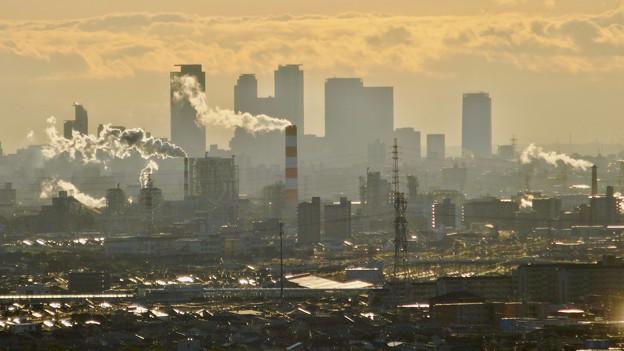 写真: アピタ高蔵寺店屋上から見た景色 - 24:王子製紙の煙突越しに見えた名駅ビル群