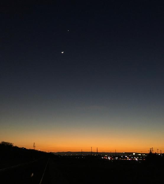 並んで輝く月と金星 - 1
