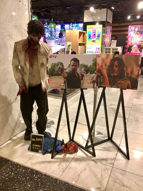 ドコモ・スマートフォン・ラウンジ名古屋の「dTV VR体験ラウンジ」 - 1:記念撮影用(?)のゾンビ