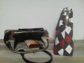 底面は合皮、板入りで型崩れしにくいです。長財布やペットボトルが縦...
