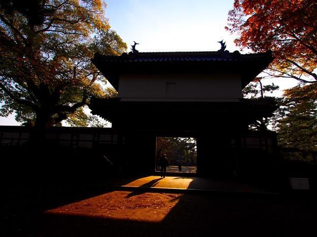 写真: 晩秋の櫓門