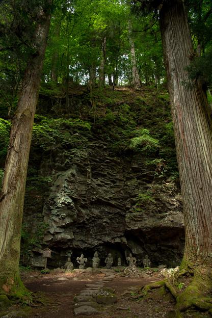 崖下の仏たち